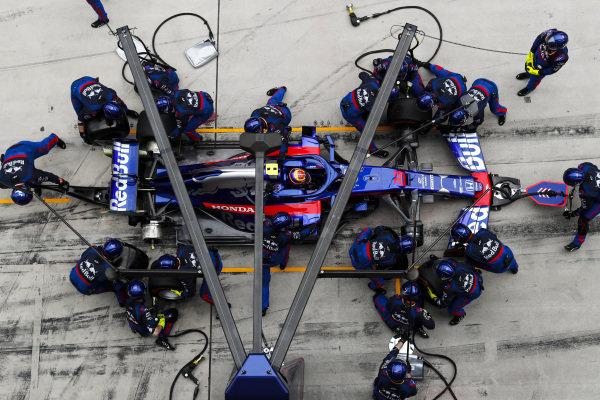Alexander Albon, Toro Rosso STR14, makes a pit stop
