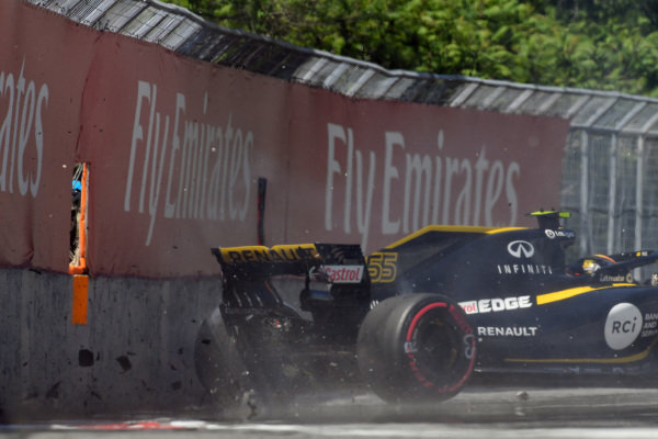 Carlos Sainz jr (ESP) Renault Sport F1 Team RS18 hits the wall in FP2