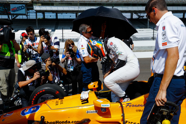 Verizon IndyCar Series Indianapolis 500 Carb Day Indianapolis Motor Speedway, Indianapolis, IN USA Friday 26 May 2017 Fernando Alonso, McLaren-Honda-Andretti Honda, climbs into his car. World Copyright: Steven Tee/LAT Images ref: Digital Image _R3I5822