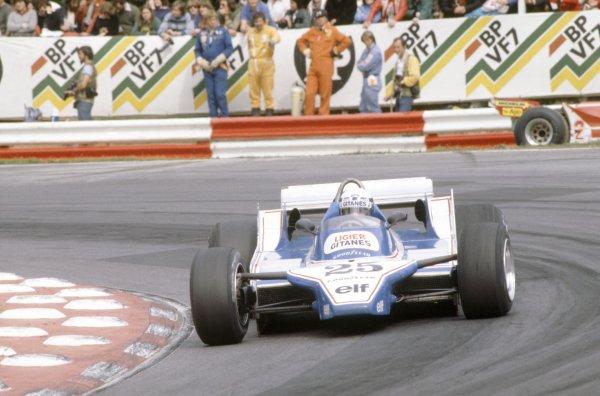 1980 British Grand Prix.Brands Hatch, Great Britain. 11-13 July 1980.Didier Pironi (Ligier JS11/15-Ford Cosworth) passes the retired car of Gilles Villeneuve (Ferrari 312T5).World Copyright: LAT PhotographicRef: 35mm transparency 80GB14