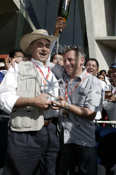 2004 FIA World Rally Champs. Round three, Corona Rally Mexico.11th-14th March 2004.Director of the Corona Rally Mexico Juan Suberville collects the Inmarsat Star of the Rally from Nicky Grist.World Copyright: McKlein/LAT