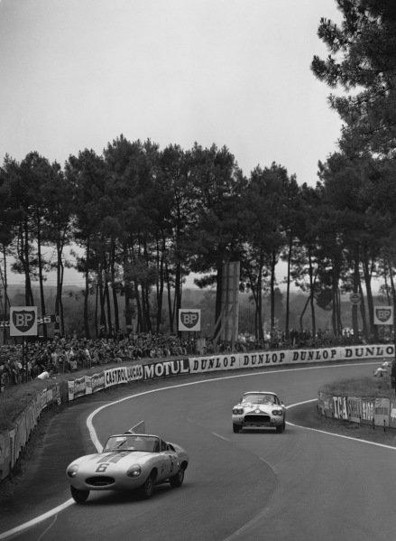 Le Mans, France. 25th - 26th June 1960 Dan Gurney/Walt Hansgen (Jaguar E 2A Prototype), retired, leads Lou Lilley/Fred Gamble (Chevrolet Corvette), Not Classified, action. World Copyright: LAT Photographic Ref:  Autocar Glass Plate C59036.