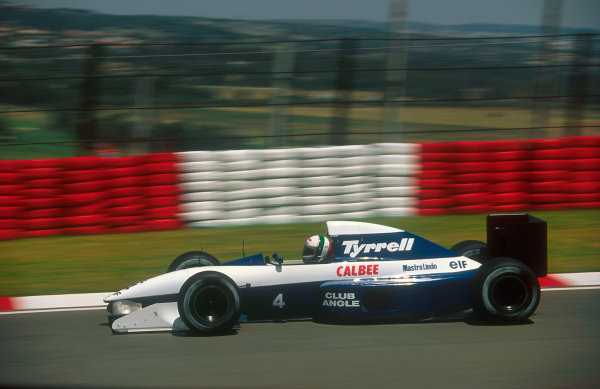 1992 South African Grand Prix.Kyalami, South Africa.28/2-1/3 1992.Andrea de Cesaris (Tyrrell 020B Ilmor). He exited the race with an engine misfire.Ref-92 SA 11.World Copyright - LAT Photographic