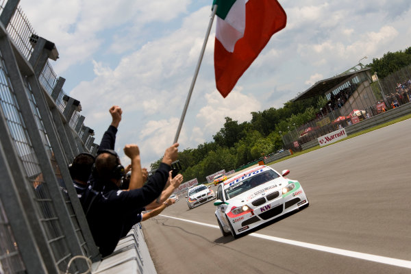 Brno, Czech Republic.19th - 21st June 2009. The team celebrate as Alessandro Zanardi, BMW 320si wins the race and takes victory. Action. World Copyright: Drew Gibson/LAT Photographic. ref: Digital Image _Y2Z9635