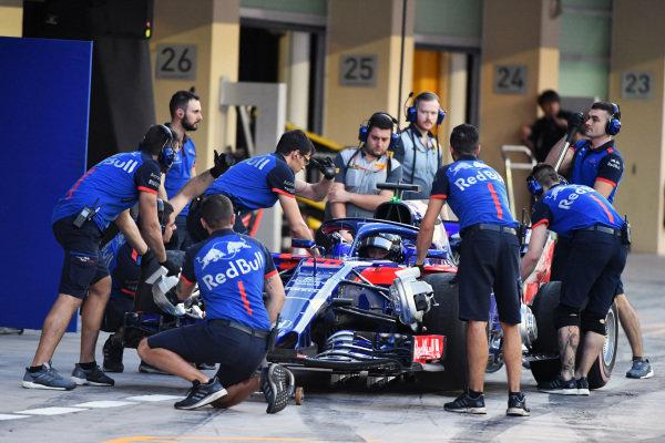 Daniil Kvyat, Scuderia Toro Rosso STR13 pit stop