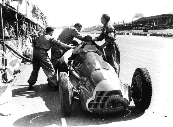1950 British Grand Prix.Silverstone, England.11-13 May 1950.Juan Manuel Fangio (Alfa Romeo 158) takes a pitstop. World Copyright: LAT Photographic. 