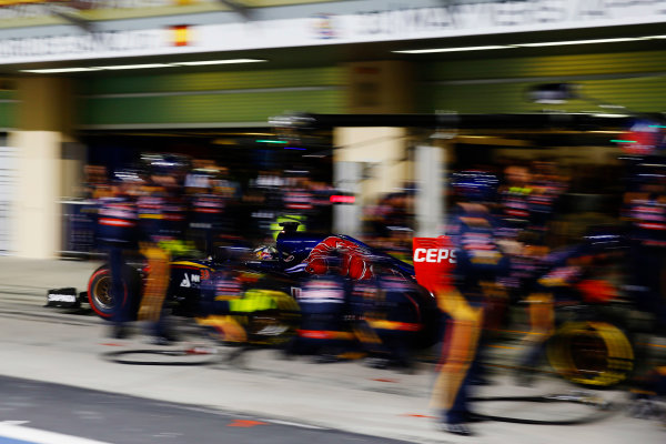 Yas Marina Circuit, Abu Dhabi, United Arab Emirates. Sunday 29 November 2015. Max Verstappen, Toro Rosso STR10 Renault, in the pits. World Copyright: Glenn Dunbar/LAT Photographic ref: Digital Image _89P2137