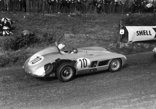 Dundrod, Northern Ireland. 17th September 1955.Stirling Moss / John Fitch (Mercedes-Benz 300SLR), 1st position, action.World Copyright: LAT Photographic.Ref: 334 - 35.