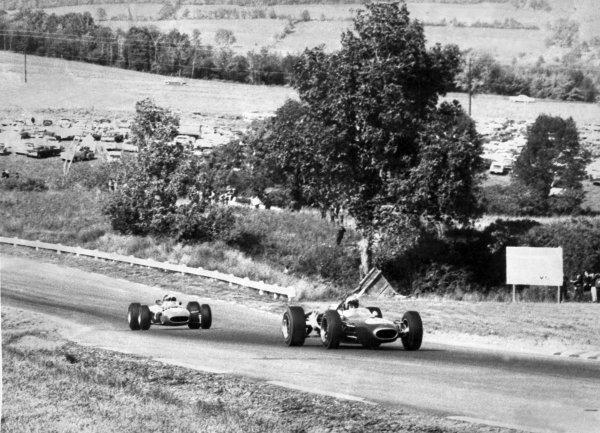 1966 United States Grand Prix.Watkins Glen, New York, USA.30/9-2/10 1966.Jack Brabham (Brabham BT20), retired, leads Lorenzo Bandini (Ferrari 312), retired, action.Ref-B/W PrintWorld Copyright - LAT Photographic