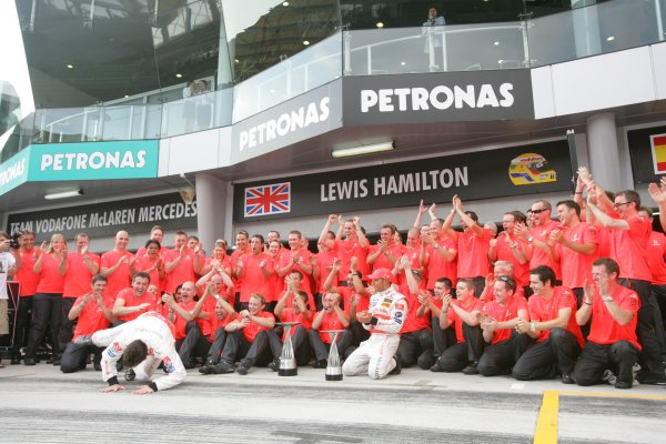 2007 Malaysian Grand Prix - Sunday RaceSepang, Kuala Lumpur. Malaysia.8th April 2007.Fernando Alonso, McLaren MP4-22 Mercedes, 1st position, and Lewis Hamilton, McLaren MP4-22 Mercedes, 2nd position, celebrate the McLaren one-two with their team. Portrait.World Copyright: Andrew Ferraro/LAT Photographic.ref: Digital Image ZP9O2758
