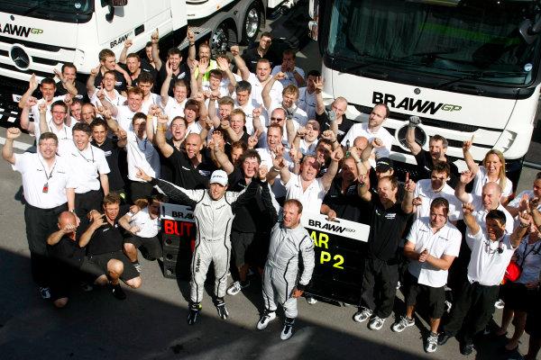 Circuit de Catalunya, Barcelona, Spain10th May 2009Jenson Button, Brawn GP BGP001 Mercedes celebrates with Rubens Barrichello, Brawn GP BGP001 Mercedes, Ross Brawn, Team Principal, Brawn GP and the rest of the team.World Copyright: Charles Coates/LAT Photographicref: Digital Image _26Y8823