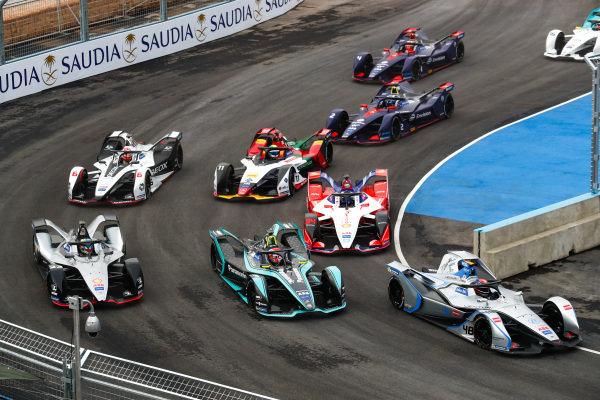 Edoardo Mortara (CHE) Venturi Formula E, Venturi VFE05 leads Nelson Piquet Jr. (BRA), Panasonic Jaguar Racing, Jaguar I-Type 3 and Oliver Rowland (GBR), Nissan e.Dams, Nissan IMO1 at the start