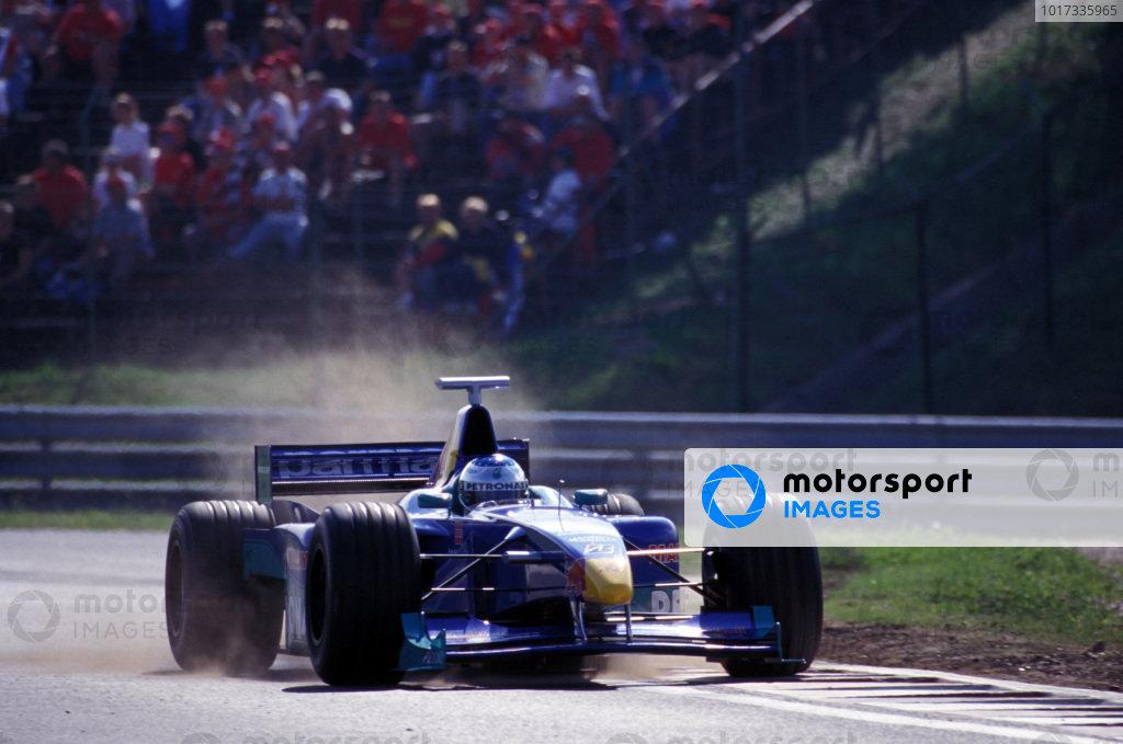 Jean Alesi, Sauber C18 Petronas, kicking up some dust.