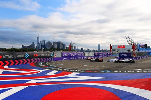 Pascal Wehrlein (DEU), Tag Heuer Porsche, Porsche 99X Electric, leads Edoardo Mortara (CHE), Venturi Racing, Silver Arrow 02