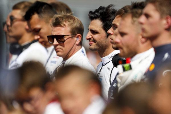 Alexander Albon, Toro Rosso, Kimi Raikkonen, Alfa Romeo Racing, Carlos Sainz Jr, McLaren, Pierre Gasly, Red Bull Racing, Valtteri Bottas, Mercedes AMG F1, and the other drivers on the grid prior to the start