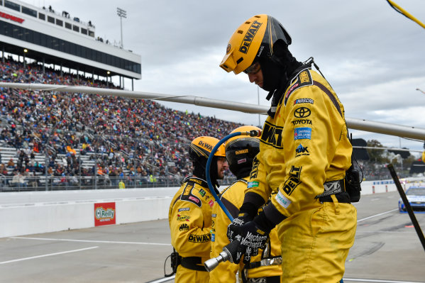 Monster Energy NASCAR Cup Series First Data 500 Martinsville Speedway, Martinsville VA USA Sunday 29 October 2017 Matt Kenseth, Joe Gibbs Racing, DEWALT Flexvolt Toyota Camry pit stop World Copyright: Scott R LePage LAT Images ref: Digital Image lepage-171029-mart-8359