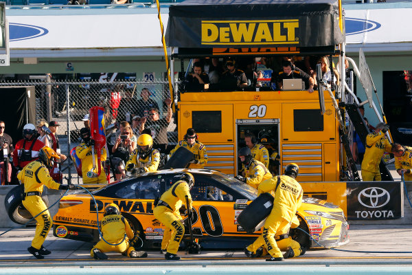 Monster Energy NASCAR Cup Series Ford EcoBoost 400 Homestead-Miami Speedway, Homestead, FL USA Sunday 19 November 2017 Matt Kenseth, Joe Gibbs Racing, DEWALT Hurricane Recovery Toyota Camry pit stop World Copyright: Russell LaBounty LAT Images