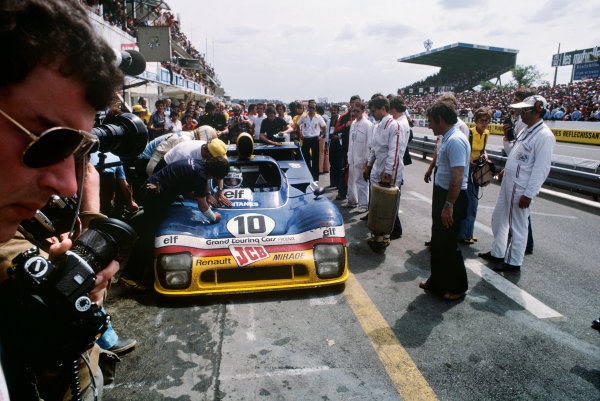 Le Mans, France. 11th - 12th June 1977 Vern Schuppan/Jean-Pierre Jarier (Mirage GR8 Renault), 2nd position, pit stop action. World Copyright: LAT PhotographicRef: 77LM18.