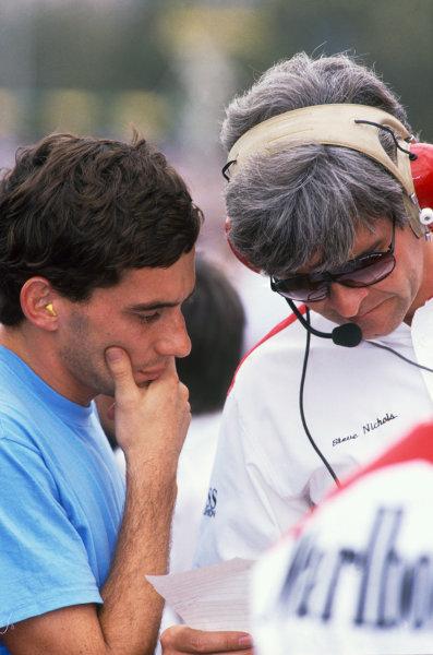 Ayrton Senna talks with chief engineer, Steve Nichols, portrait. World Copyright: LAT Photographic.Ref:  88SennaNichols