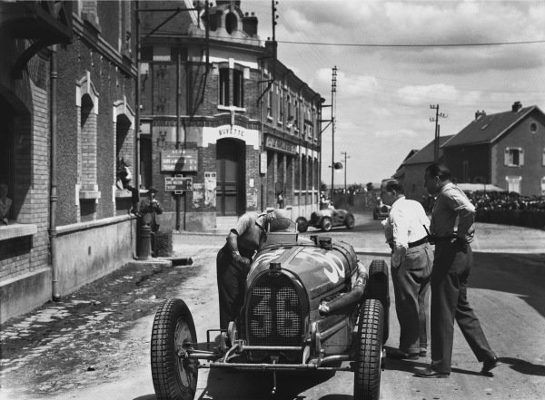 Reims-Gueux, France. 1-3 July 1932.Marcel Lehoux works on his Bugatti T54 after retiring, with the other competitors racing by behind.Ref: B/W Print.World Copyright: LAT Photographic