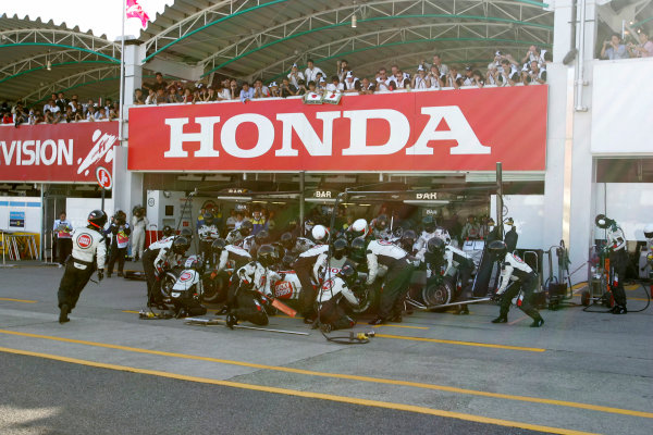 2004 Japanese Grand Prix-Sunday Race,Suzuka, Japan. 10th October 2004.A BAR Honda takes a pit stop during the race. Action. World Copyright LAT Photographic/Steven TeeDigital Image only (a high res version is available on request)