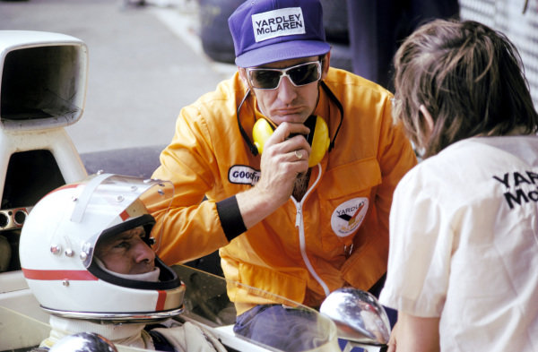 Mike Hailwood (GBR), who crashed out on lap 12, talks from the cockpit of the McLaren M23 with Phil Kerr (NZL) McLaren Racing Director. Monaco Grand Prix, Monte Carlo, 26 May 1974. BEST IMAGE