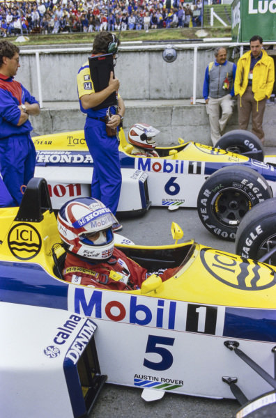 Nigel Mansell, Williams FW11 Honda, with Nelson Piquet, Williams FW11 Honda, in the pit lane.