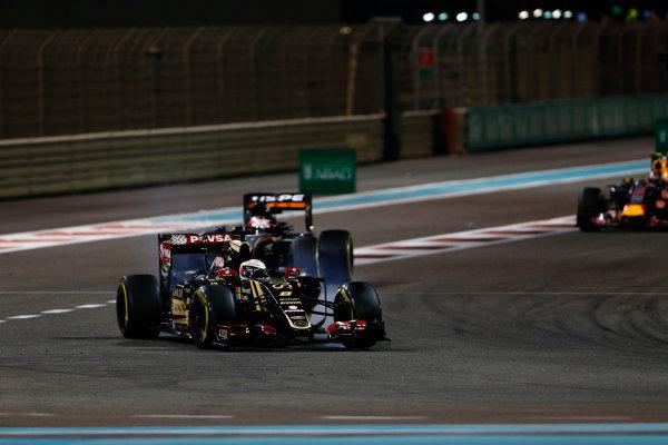 Yas Marina Circuit, Abu Dhabi, United Arab Emirates. Sunday 29 November 2015. Romain Grosjean, Lotus E23 Mercedes, leads Nico Hulkenberg, Force India VJM08 Mercedes. World Copyright: Sam Bloxham/LAT Photographic ref: Digital Image _SBL9152