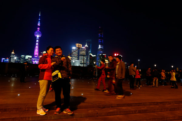 Shanghai International Circuit, Shanghai, China. Wednesday 8 April 2015. A couple take a photo at the Bund at night. World Copyright: Charles Coates/LAT Photographic. ref: Digital Image _N7T0465