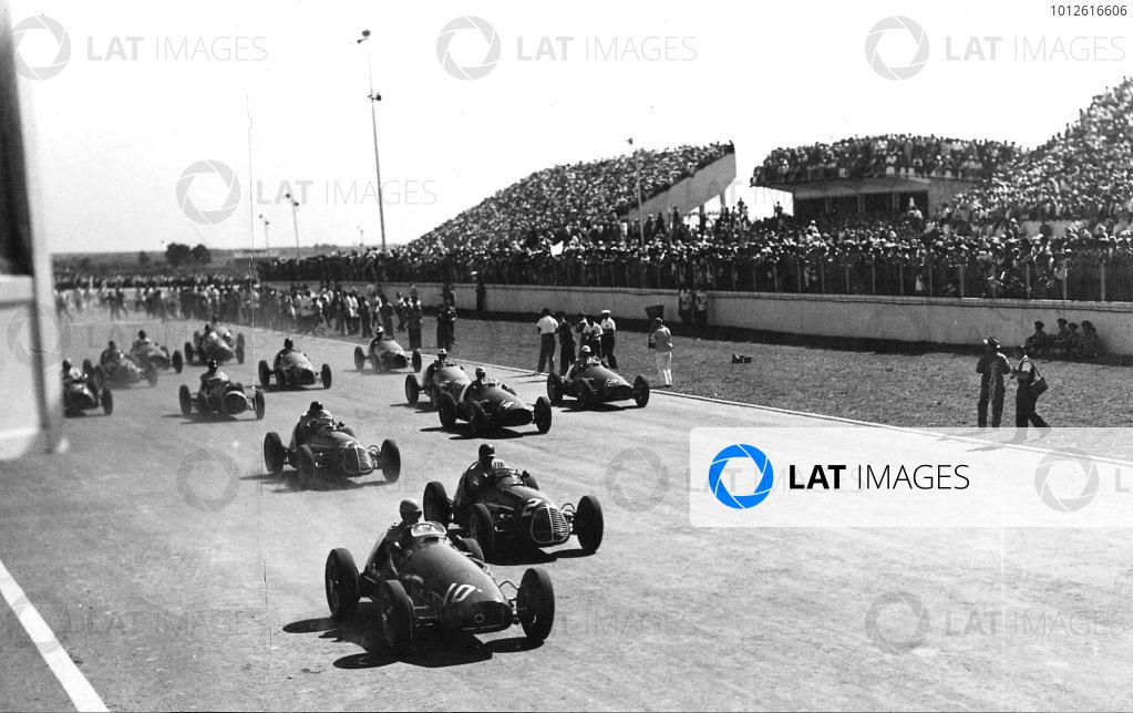 Buenos Aires, Argentina. 16-18 January 1953.Alberto Ascari (Ferrari 500) leads Juan Manuel Fangio (Maserati A6GCM) at the start. Ascari finished in 1st position.Published-Autocar 30/1/1953 p156.World Copyright - LAT Photographic