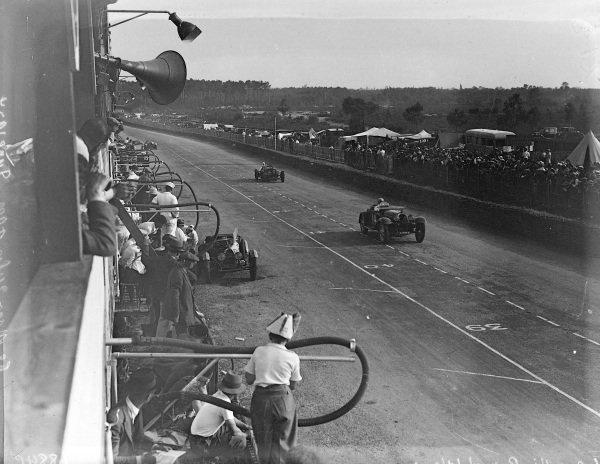 Charles Brunet / Jean Renaldi, Bugatti T55 leads Thomas Fotheringham-Parker / John Appleton, Aston Martin Ltd., Aston Martin 1.5.