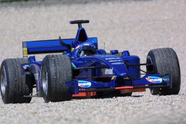 2001 Austrian Grand Prix.A1-Ring, Zeltweg, Austria.11-13 May 2001.Jean Alesi (Prost AP04 Acer) spins into the garvel trap.World Copyright - LAT Photographicref: 8 9 MB Digital