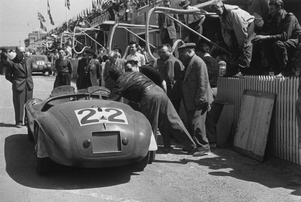 Le Mans, France. 25th - 26th June 1949.Luigi Chinetti/Lord Selsdon (Ferrari 166MM), 1st position, pit stop action.World Copyright: LAT Photographic.Ref: L432 - 24-24A.