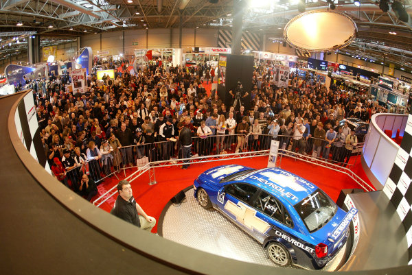 2005 Autosport International ShowNEC, England13-16 January 2005A large crowd of people watch the BAR Honda 007 launch on the screen.World Copyright: Tim Clarke/ LAT PhotographicDigital Image Only