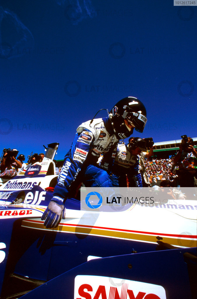 Albert Park, Melbourne, Australia.8-10 March 1996.Damon Hill (Williams FW18 Renault) gets into his car ready for the start.Ref-96 AUS 21.World Copyright - LAT Photographic