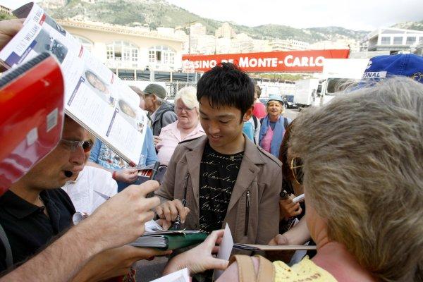 2008 Monaco Grand Prix - WednesdayMonte Carlo, Monaco.21st May 2008.Kazuki Nakajima, Williams FW30 Toyota signs autographs for his fans.World Copyright: Charles Coates/LAT Photographic.ref: Digital Image _26Y4851
