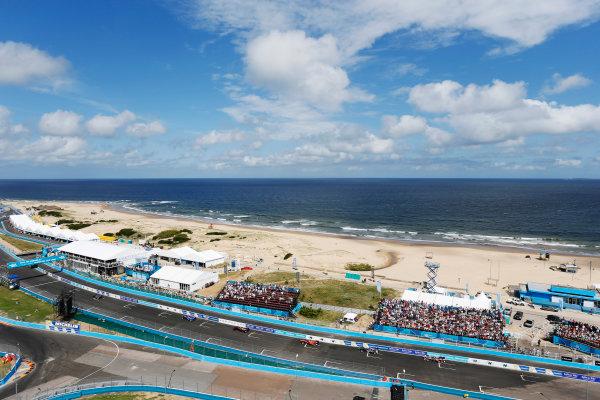 2014 FIA Formula E Championship. Punta del Este ePrix, Uruguay. Oriol Servia (SPA)/Dragon Racing - Spark-Renault SRT_01E leads Antonio Felix Da Costa (POR)/Amlin Aguri - Spark-Renault SRT_01E. Photo: Zak Mauger/LAT/FE ref: Digital Image _L0U1721