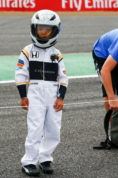 Suzuka Circuit, Japan. Thursday 05 October 2017. A young fan. World Copyright: Andy Hone/LAT Images  ref: Digital Image _ONZ0656