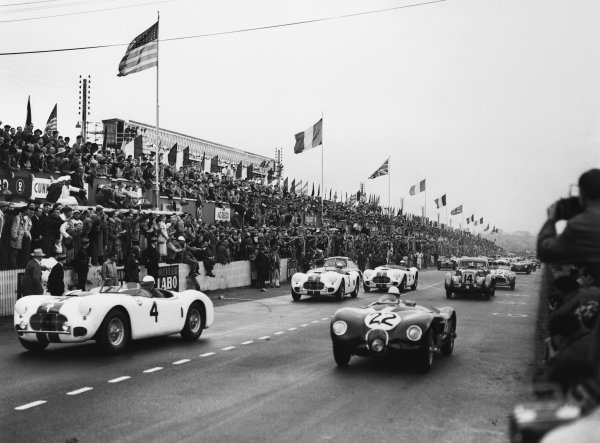 Le Mans, France. 23rd - 24th June 1951 Stirling Moss/Jack Fairman (Jaguar XK-120C), retired, leads at the start with Phil Walters/John Fitch (Cunningham C2-R Chrysler), 18th position, along side, action. World Copyright: LAT Photographic Ref: Autocar Glass Plate C29679.