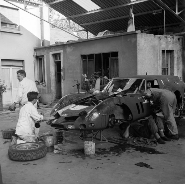 Carlo Maria Abate / Colin Davis, Scuderia SSS Republica di Venezia, Ferrari 250 GT SWB Drogo, is worked on.