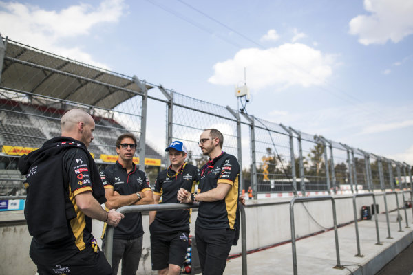 Antonio Felix da Costa (PRT), DS Techeetah and Leo Thomas, Racing Director, DS Techeetah on the pitwall with other members of the DS Techeetah team