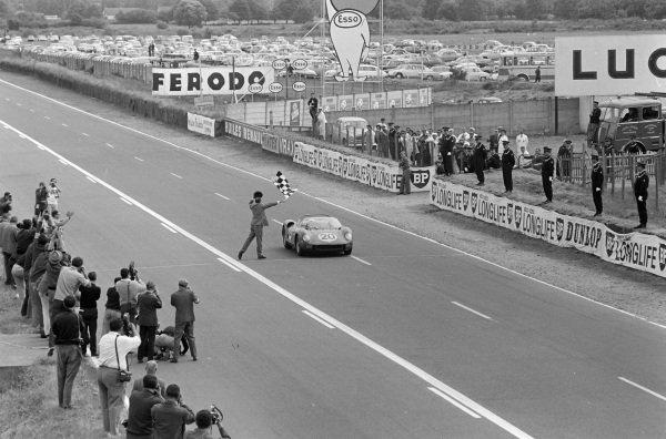 Jean Guichet / Nino Vaccarella, Scuderia Ferrari, Ferrari 275P, crosses the line and takes the chequered flag.