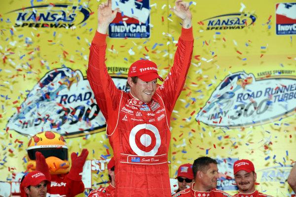 Race winner Scott Dixon (NZL) Target Ganassi Racing.IndyCar Series, Rd3, Road Runner Turbo 300, Kansas Speedway, Kansas, USA. 25-26 April 2009.