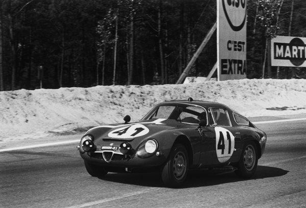 Le Mans, France. 20th - 21st June 1964.Giampiero Biscaldi/Giancarlo Sala (Alfa Romeo Giulia TZ), 15th position, action. World Copyright: LAT PhotographicRef: 11026E - 32A.