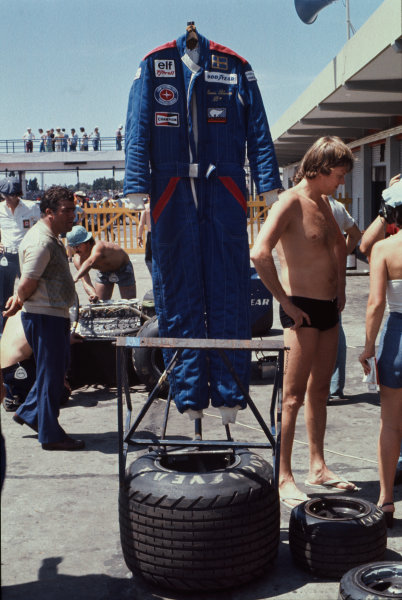 Buenos Aires, Argentina. 7 - 9 January 1977. Ronnie Peterson (Tyrrell P34-Ford), retired, hangs up his overalls. Portrait.  World Copyright: LAT Photographic. Ref: 77ARG29