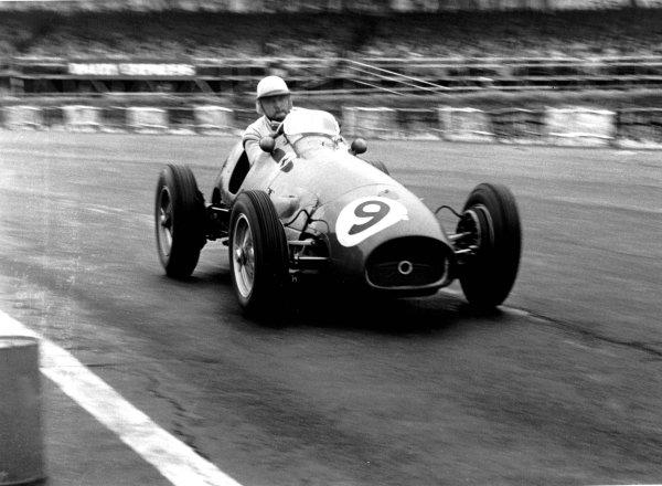 1954 British Grand Prix. Silverstone, England. 15-17 July 1954. Jose Froilan Gonzalez (Ferrari 625) 1st position. Ref-66-213 #6. World Copyright - LAT Photographic