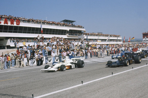 1973 French Grand Prix.  Paul Ricard, Le Castellet, France. 29th June - 1st July 1973.  Jody Scheckter, McLaren M23 Ford, and Emerson Fittipaldi, Lotus 72E Ford, lead off the front row of the grid at the start.  Ref: 73FRA18. World Copyright: LAT Photographic