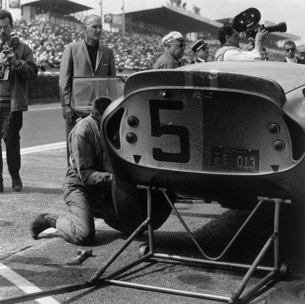 Le Mans, France. 20th - 21st June 1964.Bob Bondurant/Dan Gurney (AC Cobra Daytona), 4th position, pit stop action. World Copyright: LAT Photographic.Ref: 25088.