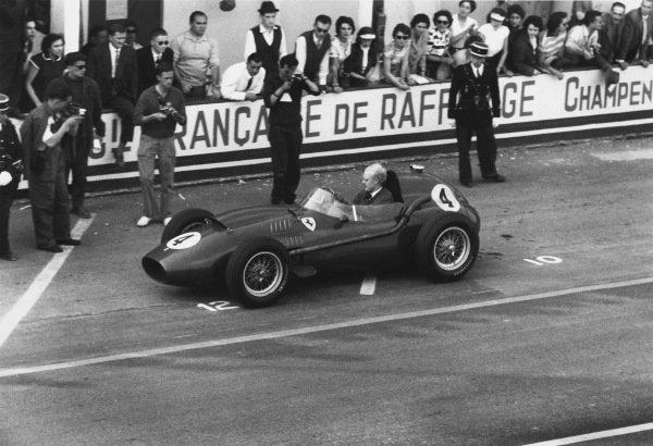 Reims, France. 6 July 1958. Mike Hawthorn, Ferrari Dino 246, 1st position, action. World Copyright: LAT Photographic Ref: Autosport b&w print. Published: Autosport, 11/7/1958 p44
