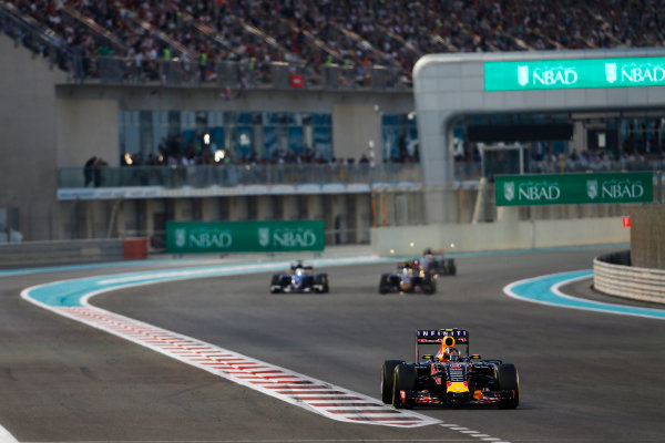Yas Marina Circuit, Abu Dhabi, United Arab Emirates. Sunday 29 November 2015. Daniil Kvyat, Red Bull Racing RB11 Renault, leads Marcus Ericsson, Sauber C34 Ferrari. World Copyright: Sam Bloxham/LAT Photographic ref: Digital Image _SBL8752